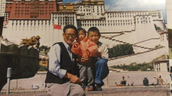 上世纪90年代,张立发与家人在布达拉宫前合影。受访者供图