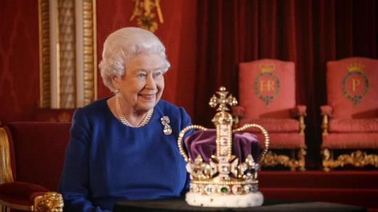 英国女王罕见受访 吐槽王冠太大太重了