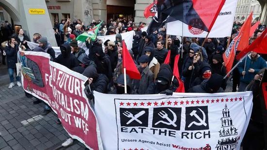 ▲1月13日,数百名反资本主义者在瑞士首都伯尔尼抗议将出席达沃斯世界经济论坛的美国总统特朗普。(法新社)