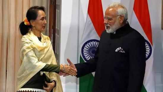 ▲1月24日,印度总理莫迪(右)欢迎缅甸国务资政昂山素季到访新德里。(路透社)