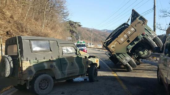 韩国1辆军用卡车被军用吉普撞翻 4名官兵