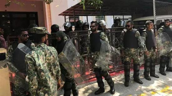 ▲全部武装的士兵包抄了位于马尔代夫都城马累的议会年夜楼