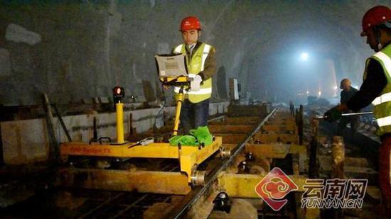 隧道进口正在进行无砟轨道精调 通讯员 张鹏 摄
