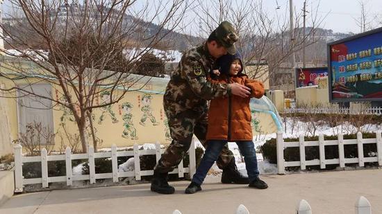 尹丰刚教儿子打军体拳。记者孙萌摄