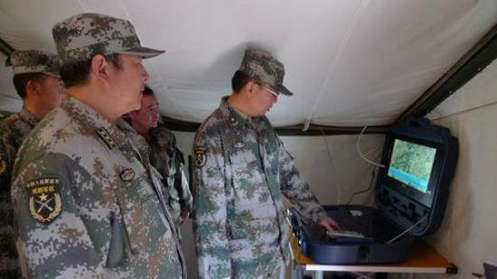 余琨少将(右) 资料图