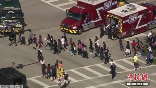 资料图:枪击案发生后,学生排队离开这一区域,一些学生情绪比较不稳定。