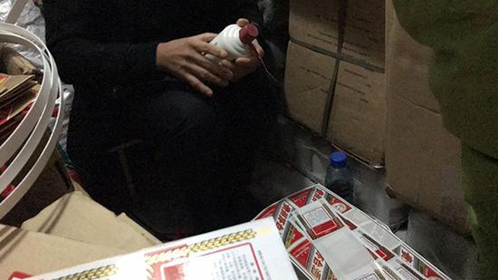制假者在地下室里包装假茅台酒。