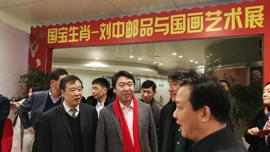 刘中引领各方嘉宾参观展览