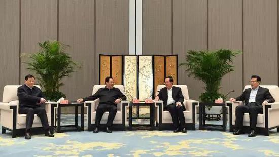 上海市党政代表团同浙江党政领导举行两地座谈。