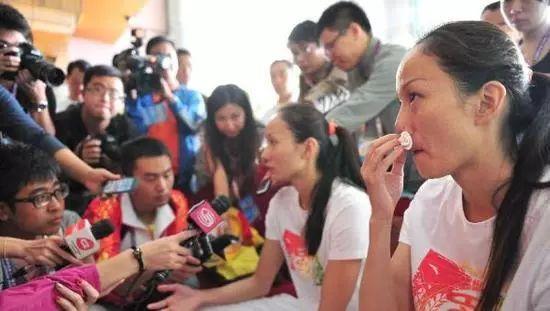 2013年,蒋文文/蒋婷婷因裁判不公错失金牌,泪洒发布会现场。