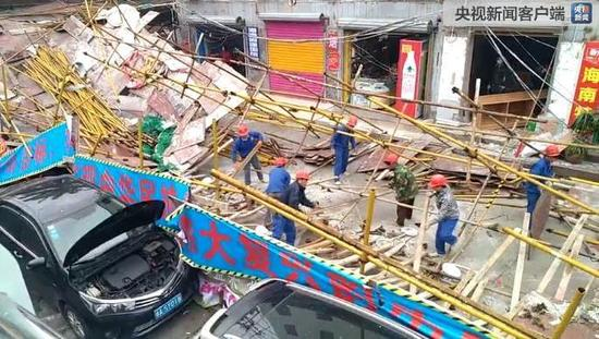 海口一处临街工地脚手架坍塌4人受伤 多车被砸