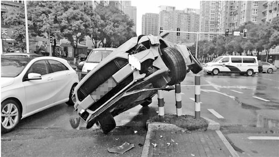 小伙开车时刷微信走神 车子飞上警示桩(图)