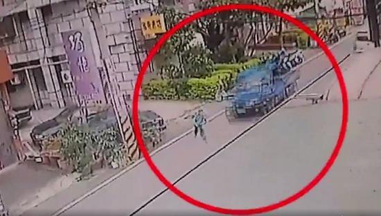 """车祸现场视频。(图片来源:台湾""""东森新闻云)"""