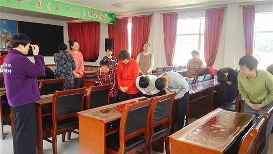 12月3日,学员面临遣散,《弟子规》班引导老师詹冰秋与学员道别。 摄影:俞琴