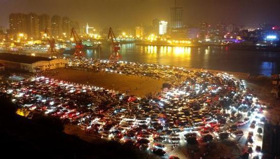 2月21日,车辆在海口市秀英港等待过海。 2月21日晚间,海口市气象局、交通局、海事局,湛江海事局联合发布公告称,琼州海峡雾区继续减弱,两岸港口航道能见度大于1000米,正常通航。 新华社 图