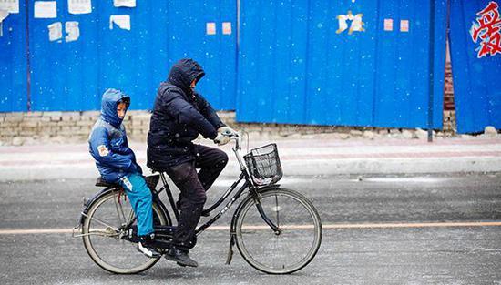《通知》决定从3月1日新学期开学起,黑龙江全省小学生、初中生早晨到校时间不得早于8∶00。视觉中国 资料