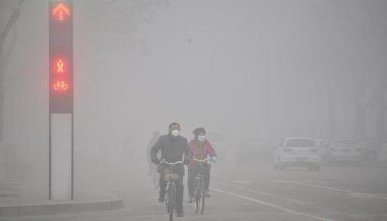 2016年2月12日,山东多地遭遇雾霾天气。 图片来源:视觉中国