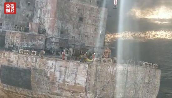 """△救助人员将两具遇难船员遗体运送回""""深潜号""""。"""