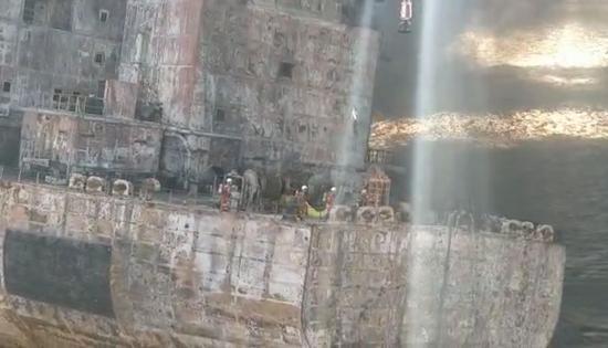 """▲救助人员将两具遇难船员遗体运送回""""深潜号""""。图/上海海上搜救中心"""