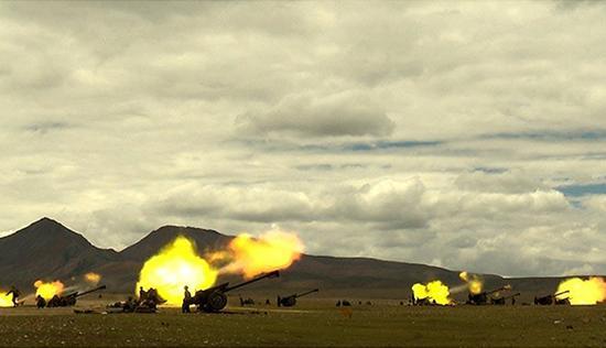 火炮的性能的优劣与发射药的技术水平息息相关,王泽山院士为我国地面武器装备发展追赶世界先进水平做出了卓越的贡献。图为解放军正在进行火炮发射训练。 中国军网 图