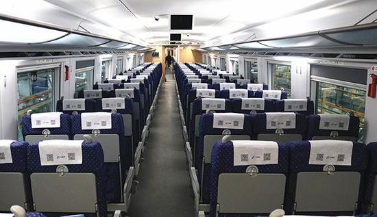 西成高铁的客室空间更大。 施为 图