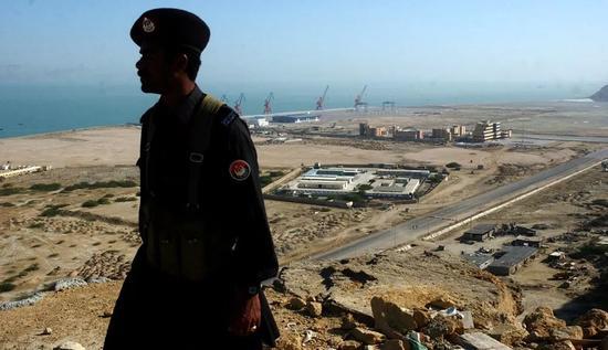 ▲在巴基斯坦安保人员护卫下的瓜达尔港(大公网)