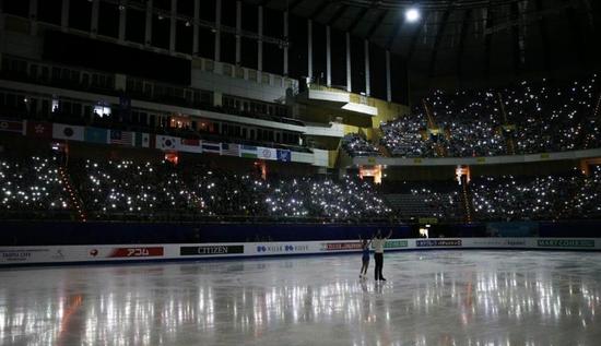 体育馆断电陷漆黑 观众用手机照亮花滑比赛现场