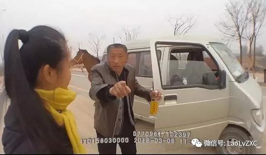 """男子边驾车边喝酒还""""遛马"""" 涉嫌醉驾被刑拘[图]"""