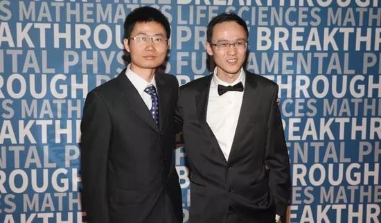 恽之玮(左)和张伟(右)在科学突破奖颁奖典礼上(图据北京大学官方微信)