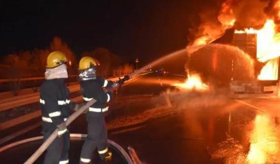 消防官兵用水枪灭火。