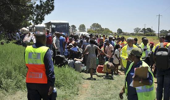事故现场。火车乘客被转移到一辆公共汽车上。