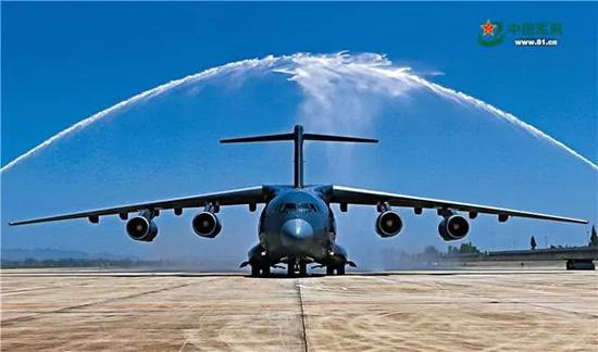 """2016年7月6日上午,首架装备中国空军的运-20飞机滑过""""水门"""",正式列装。金戈铁马唱大风,科技兴军给我军武器装备建设带来的新气象。刘畅 摄"""