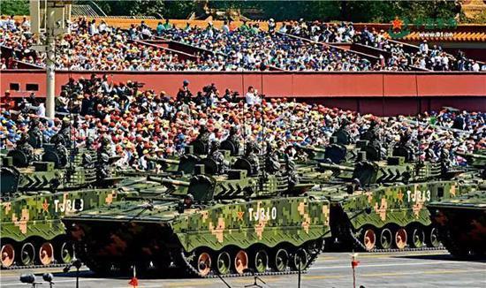在胜利日阅兵中首次亮相的04A履带步兵战车,是我军目前机动性最强的步兵战车。冯凯旋 摄