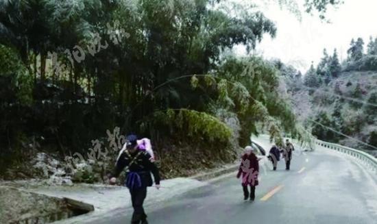 人民警察背着留守孩童去医院的路上