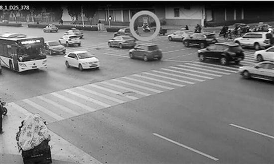 骑电动车带小孩的女子交通肇事逃逸监控截图。 新消息报 图