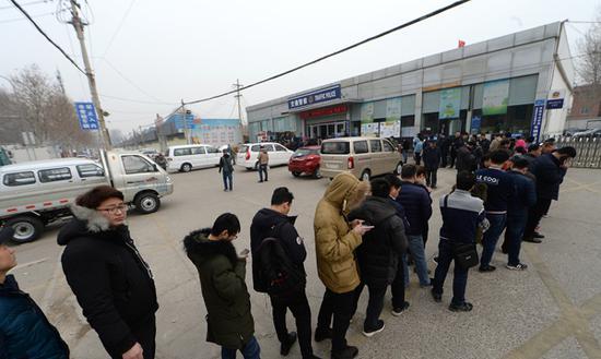 27日,济南市民为销分大排长龙。