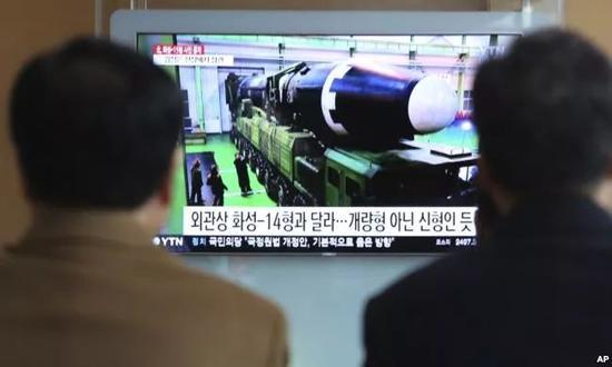 ▲资料图片:2017年十一月三十号,韩国首尔人民大众特意的看相关朝鲜发射导弹的新闻。似的,美国总统有权下达核打压指示,然而他并不是经过核按键来下令的。美立国根本土全境都在朝鲜原子武器打压的范围内。相反,无论美国总统走到哪儿,普通总有一名军事帮办(一般是中级官佐)跟着他。然而在两人散发的核要挟之中存在一点不那末正确的细节。(美联社)