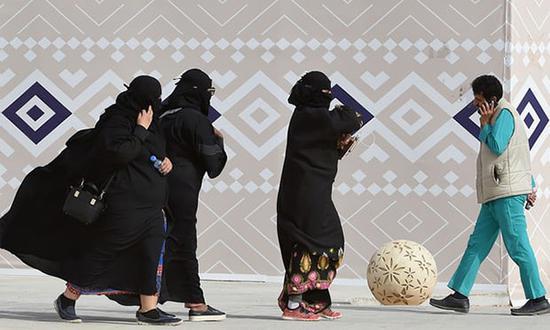 穿长袍的沙特女性。