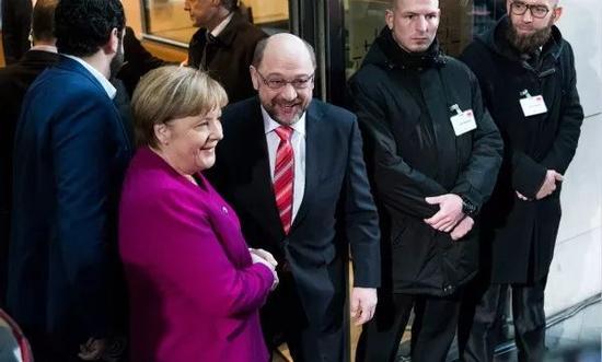1月7日,在德国首都柏林的社民党总部,默克尔在谈判开始前讲话。 新华社/法新