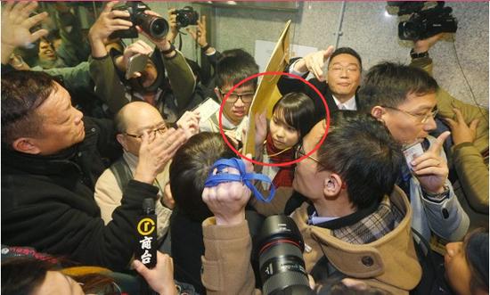 周庭(红圈内)及一众示威者未经允许企图进入区议会会议室内。(图源:香港东网)