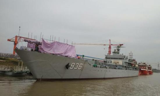 近日,网上有图片疑似中国海军利用072登陆舰测试电磁炮。@荆楚沔阳 图
