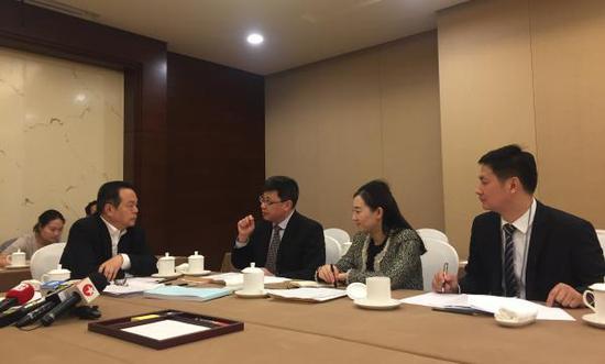 2018年3月9日,国家工商总局相关负责人与全国人大代表张兆安面对面沟通,对张兆安代表(左一)提出的建议给予回应。澎湃新闻记者 何颖晗 摄
