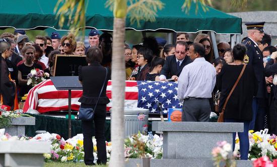 数百人赶来参加葬礼,为王蒙杰送行
