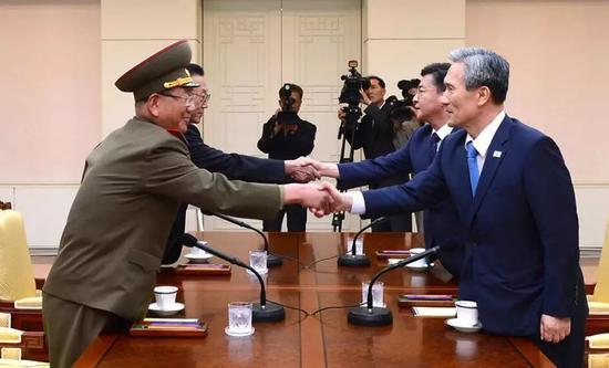 ▲资料图片:2015年8月22日,韩国与朝鲜双方代表在韩国板门店就半岛局势举行高级别对话。(韩国统一部)