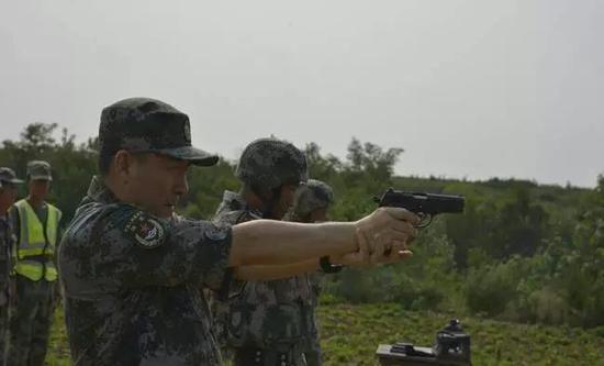 """谢增刚与官兵""""PK""""枪法"""