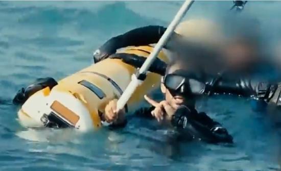 """也门胡赛武装的蛙人""""活捉""""的美国海军莱姆斯600无人潜航器。"""