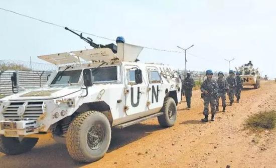 ▲中国第4批赴南苏丹维和步兵营官兵执行武器禁区巡逻任务。