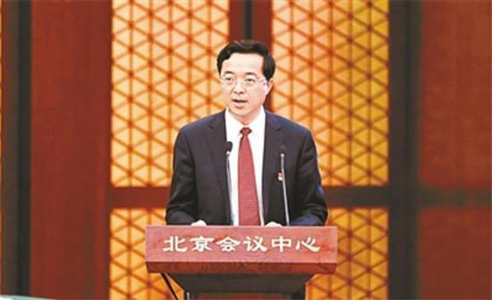 王有国第一次以区长身份参加述职。 北京青年报 图