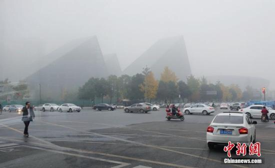 资料图:12月4日,四川成都、眉山、乐山、遂宁等多地出现大雾天气。 刘忠俊 摄
