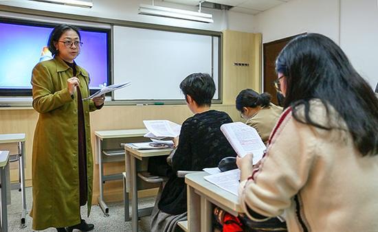 2017年11月,卢丽何在复旦大学给博士生上课。汹涌新闻记者 张呈君 摄